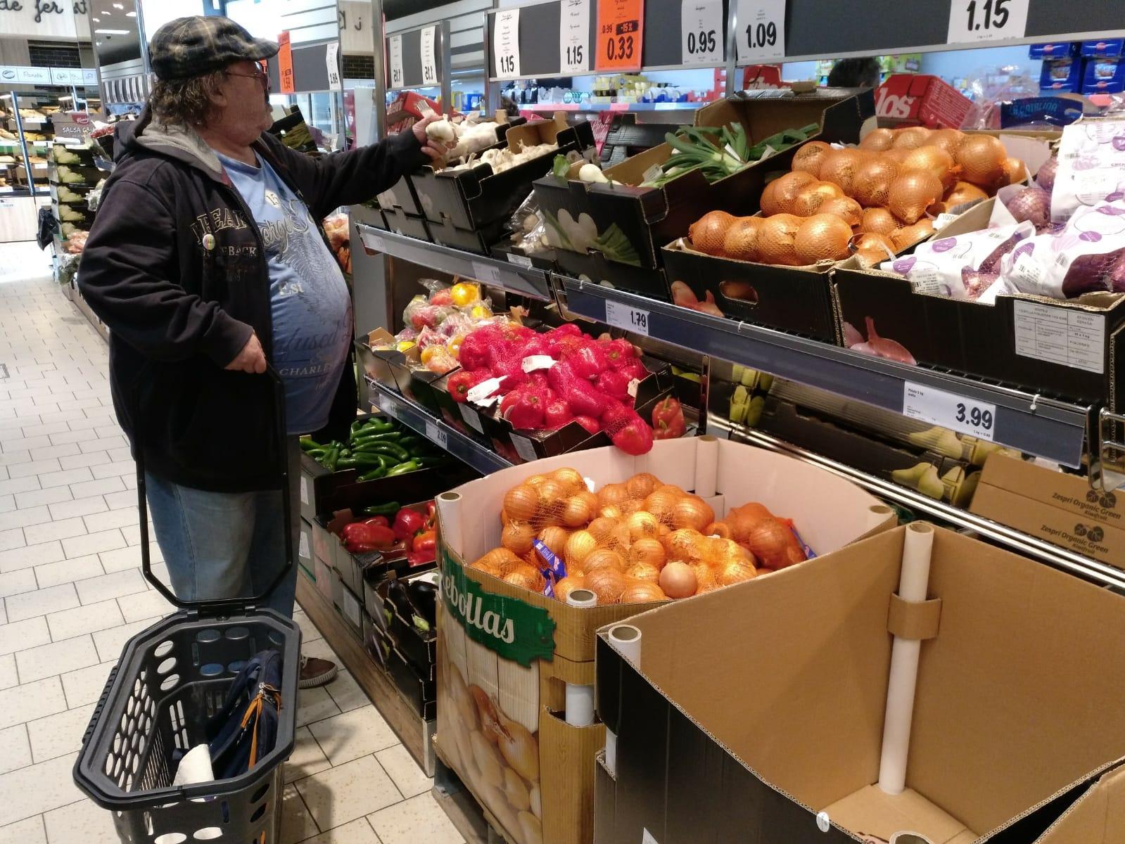 Uno dels participantes del Food Mapping en el barrio de Sant Idelfons, en Cornellà de Llobregat