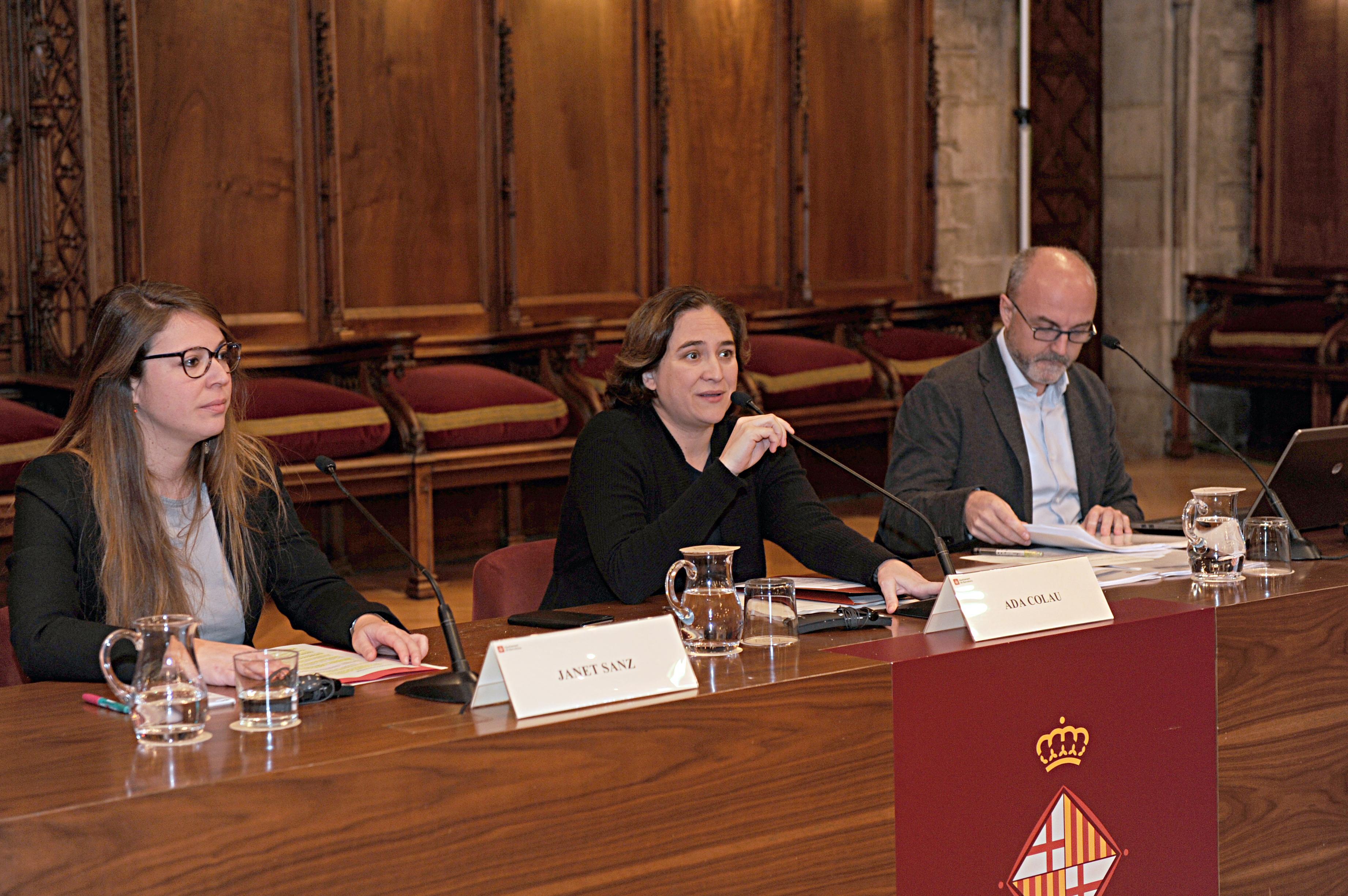 Taula presidencial. J. Sanz, A. Colau, O. Estela