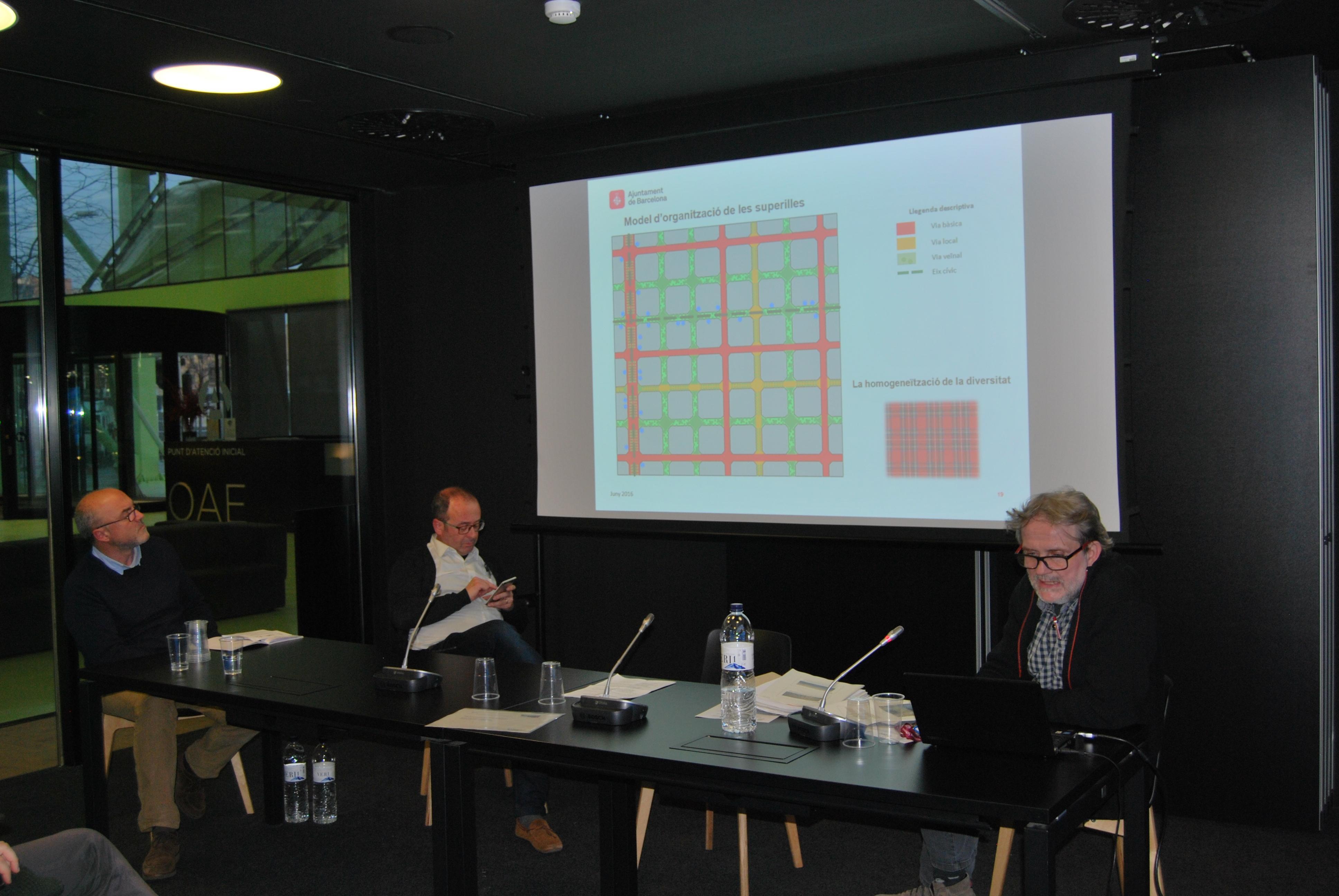 Ton Salvadó, de l'Ajuntament de Barcelona, i Salvador Clarós, president de l'Associació de Veïns del Poblenou, parlen del projecte superilles