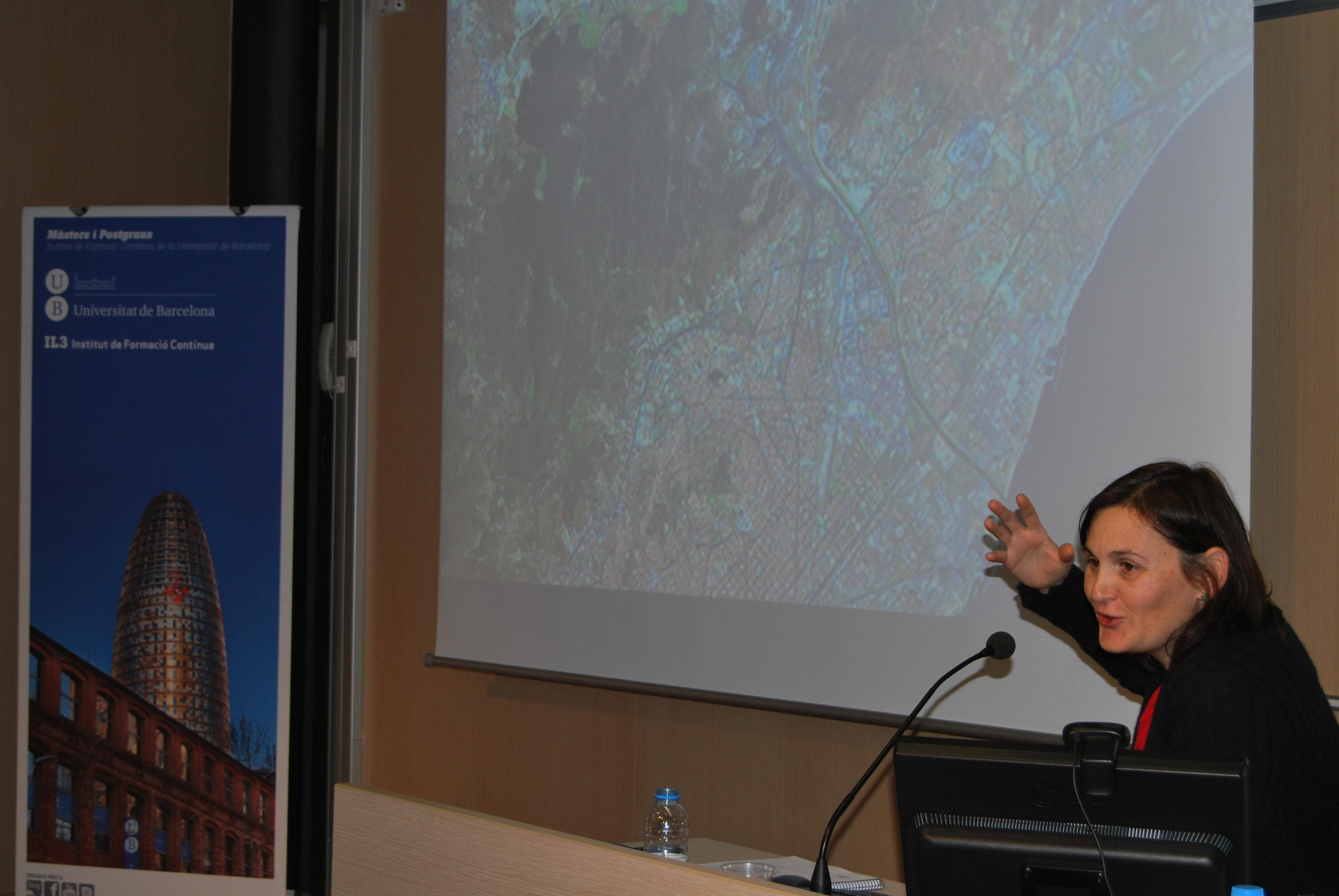 Marta Bunyesc, Directora del Área de Territorio en el Ayuntamiento de Montcada i Reixac, explica la importancia del cubrimiento de las vías