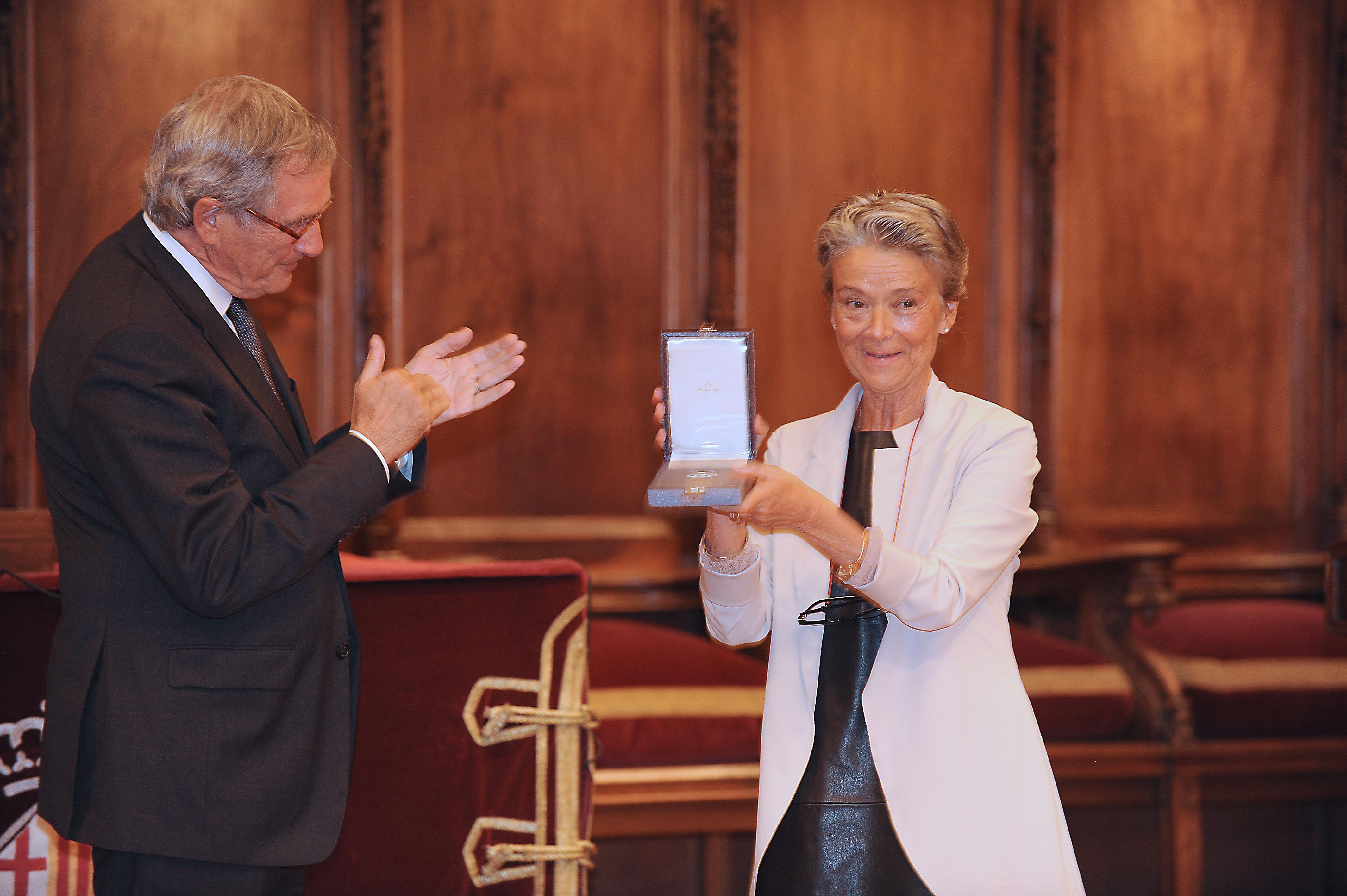 Entrega de la medalla a la viuda de F. Santacana