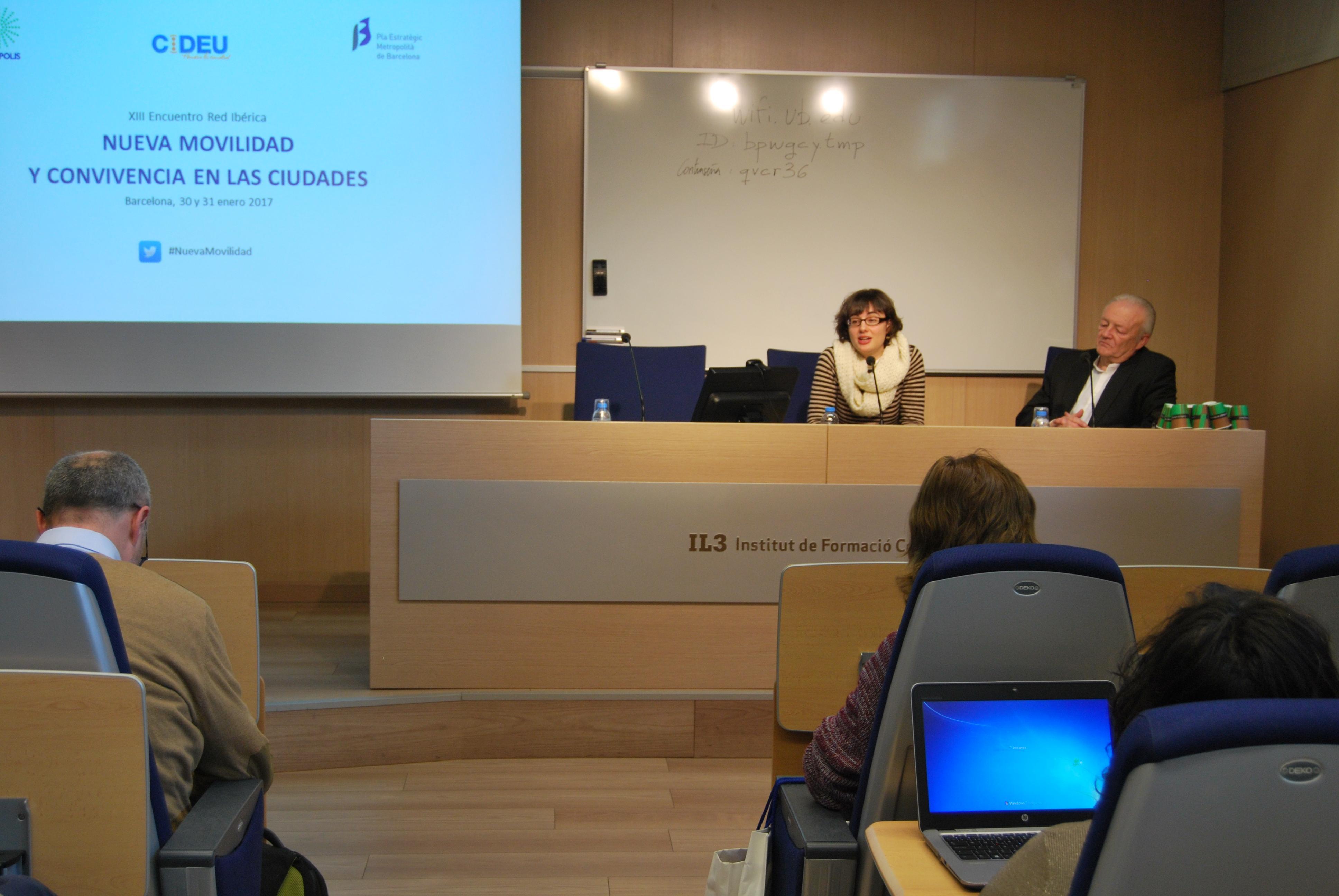 Mercedes Vidal dóna la benvinguda als assistents
