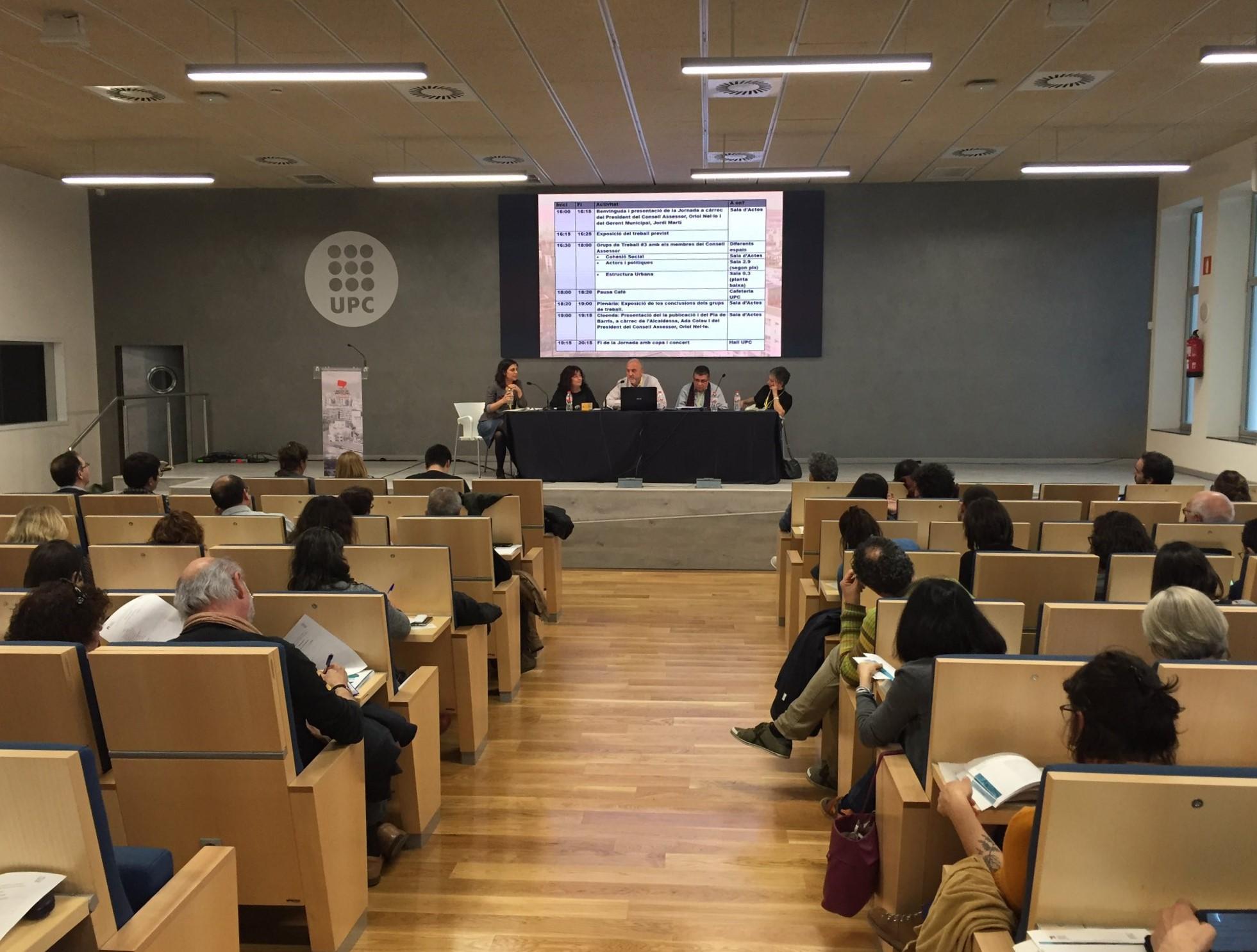 Oriol Estela durant la participació en la Jornada sobre el Pla de Barris