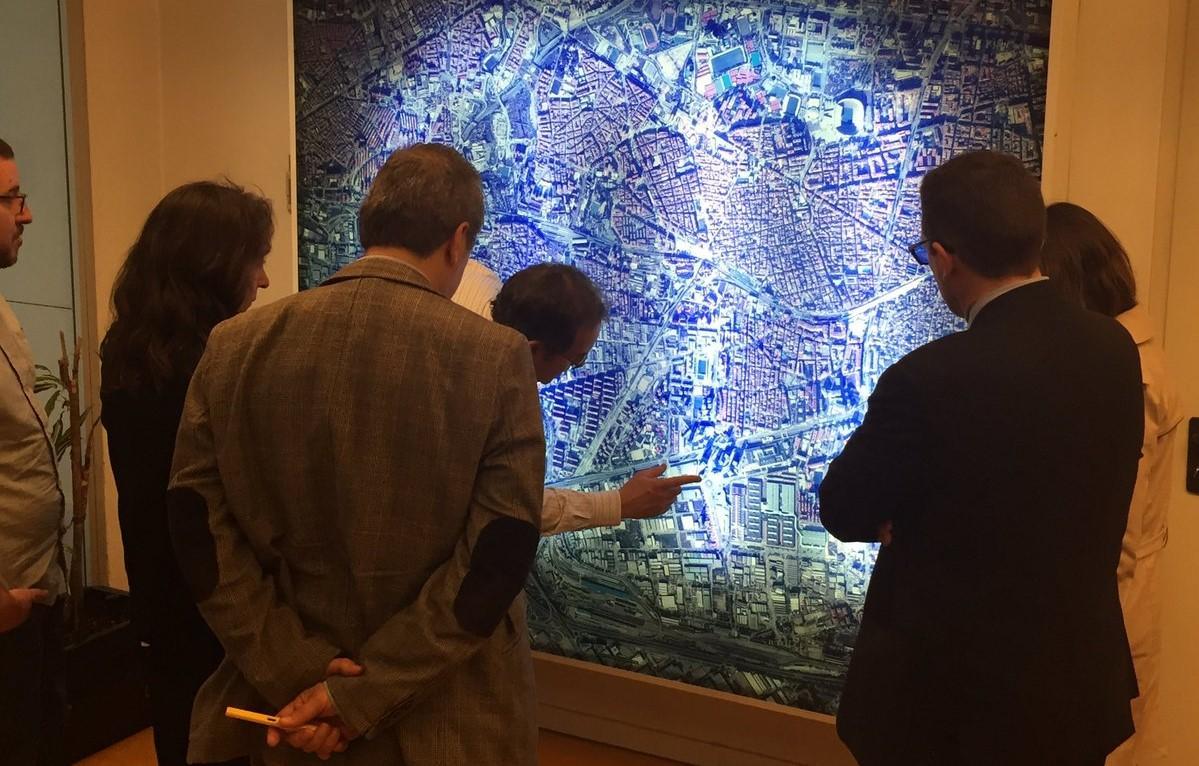 Lluís Traveria mostra l'ubicació del Districte Cultural als representant de ña Diputació Foral de Guipúscoa