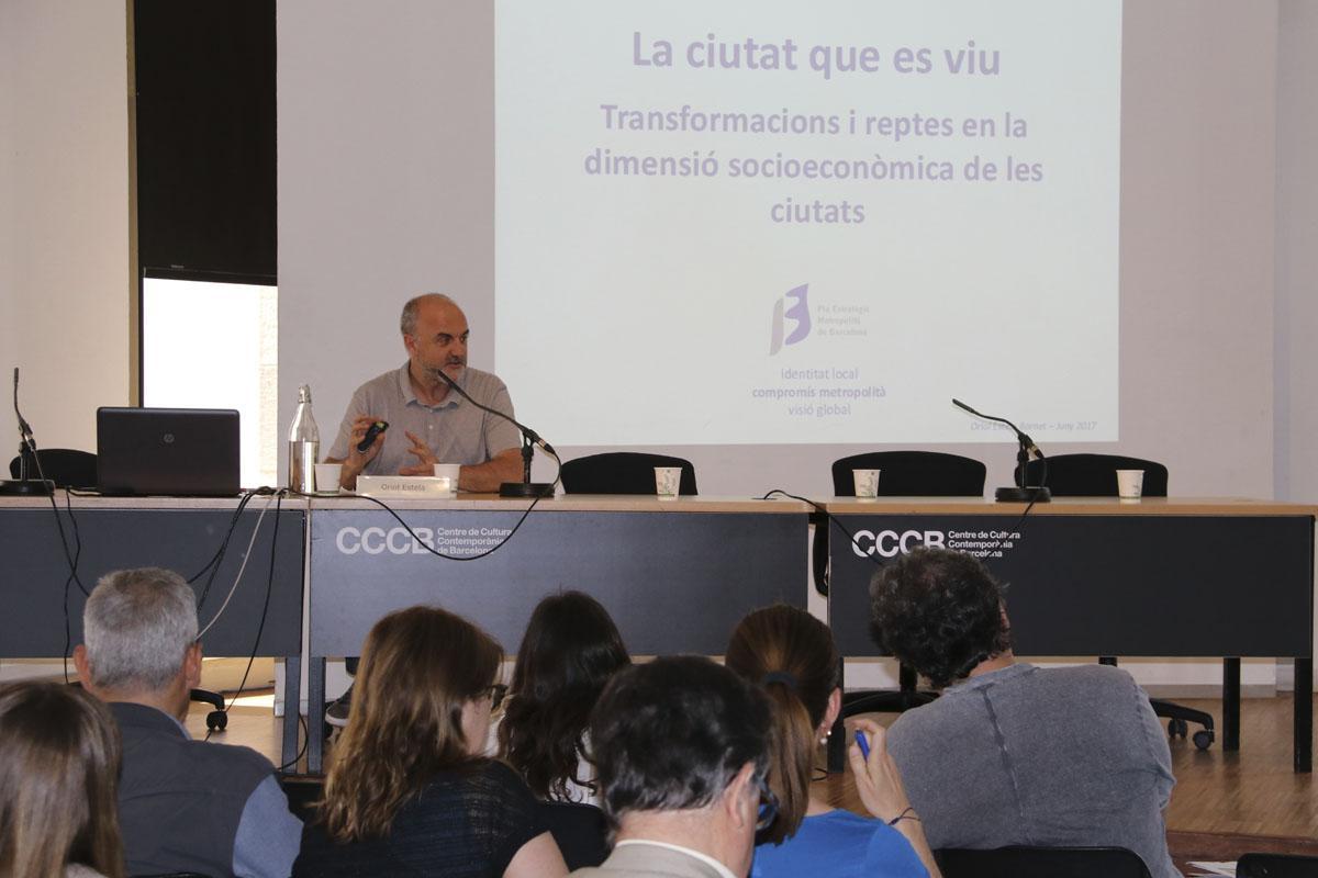 Oriol Estela durant la seva intervenció a la Jornada 'Ciutat 2050' del COAMB