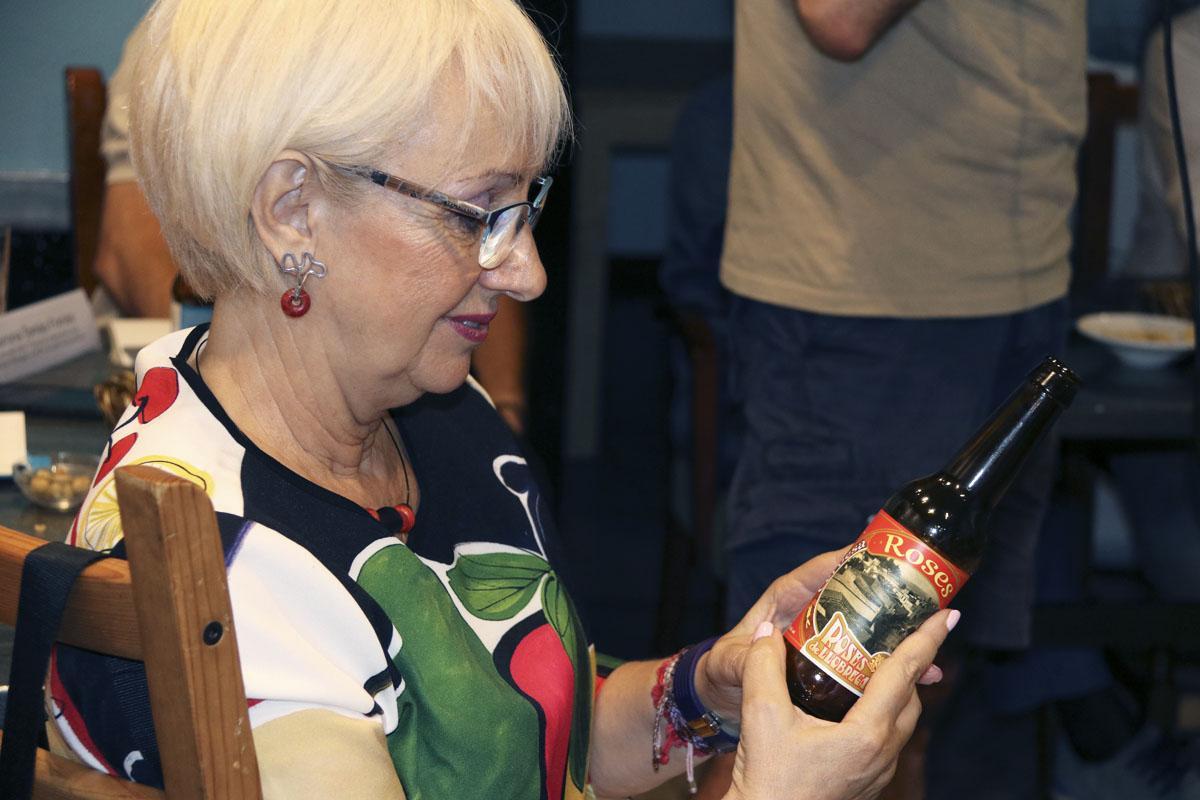 Conxita Sánchez del CECBLL observa la cervesa participant: Roses de Llobregat