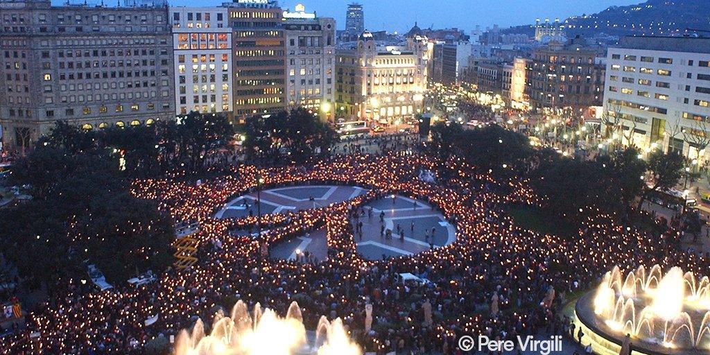 Imagen de recurs de Plaça Catalulnya con el símbolo de la paz. Foto: Pere Virigil