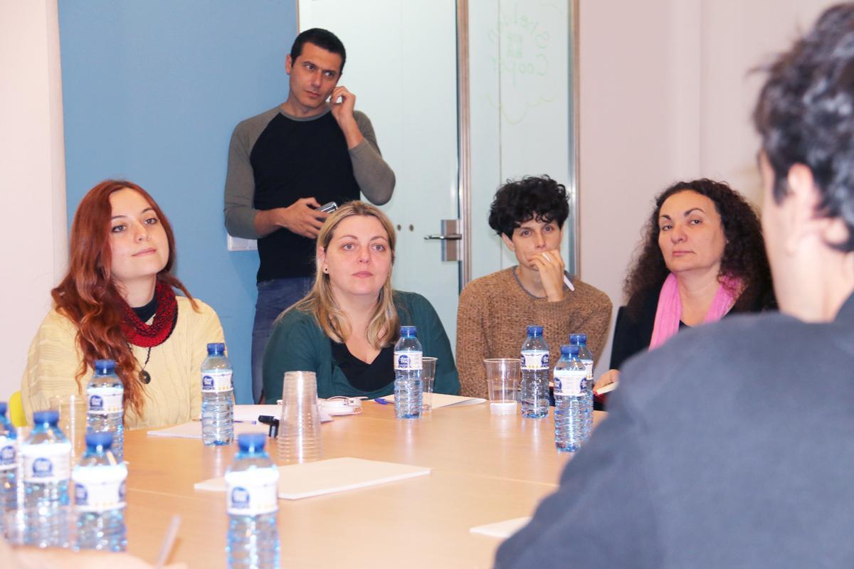 Imatge de les participants al dinar temàtic sobre innovació en l'educació