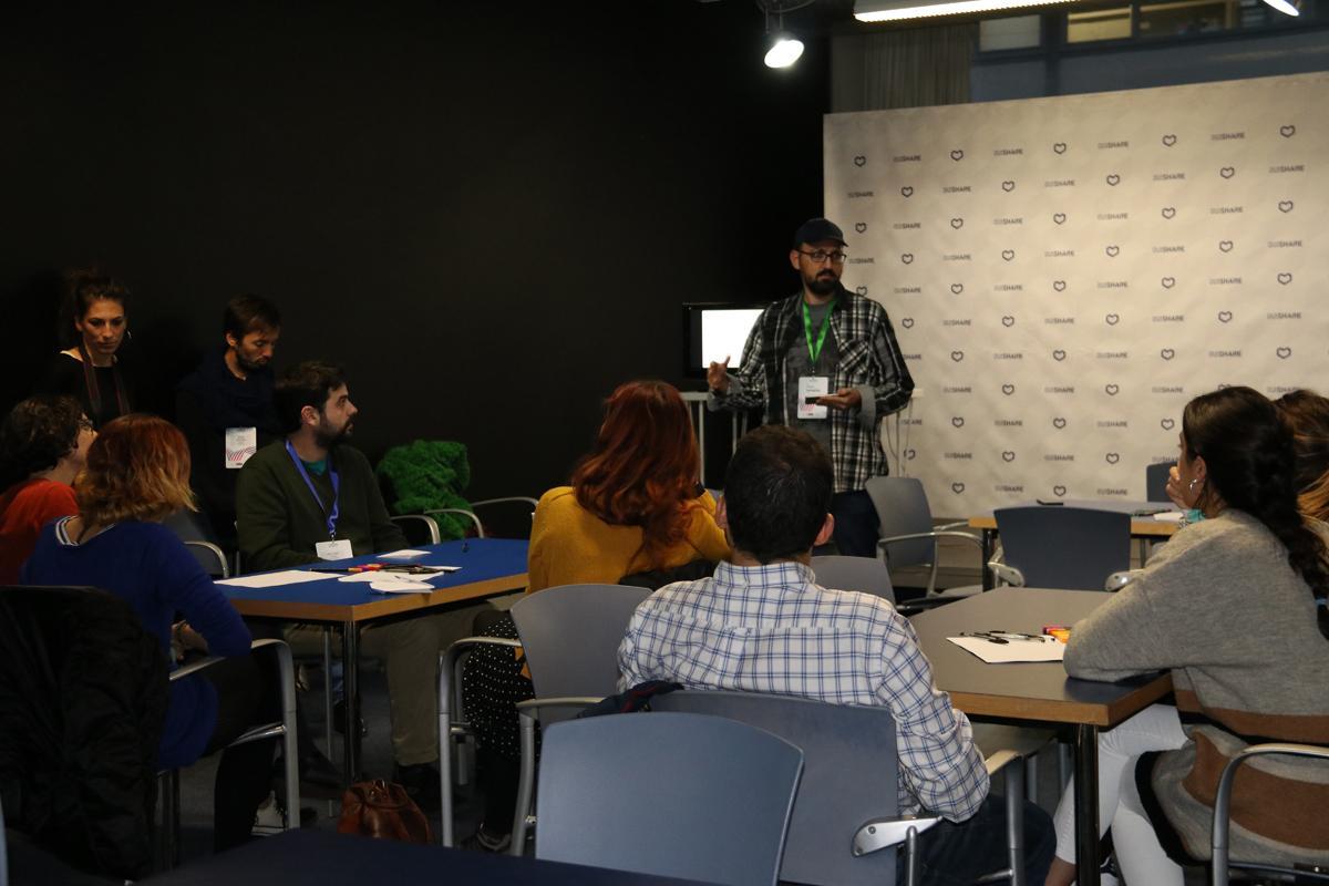 Paco González explica el procés previ al taller