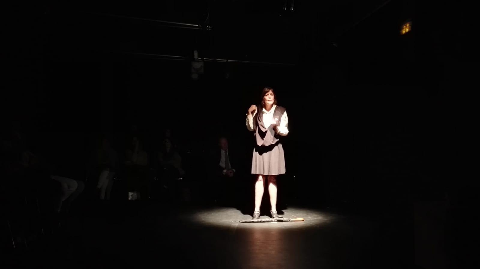 Verónica Pallini interpreta los dos personajes de la representación