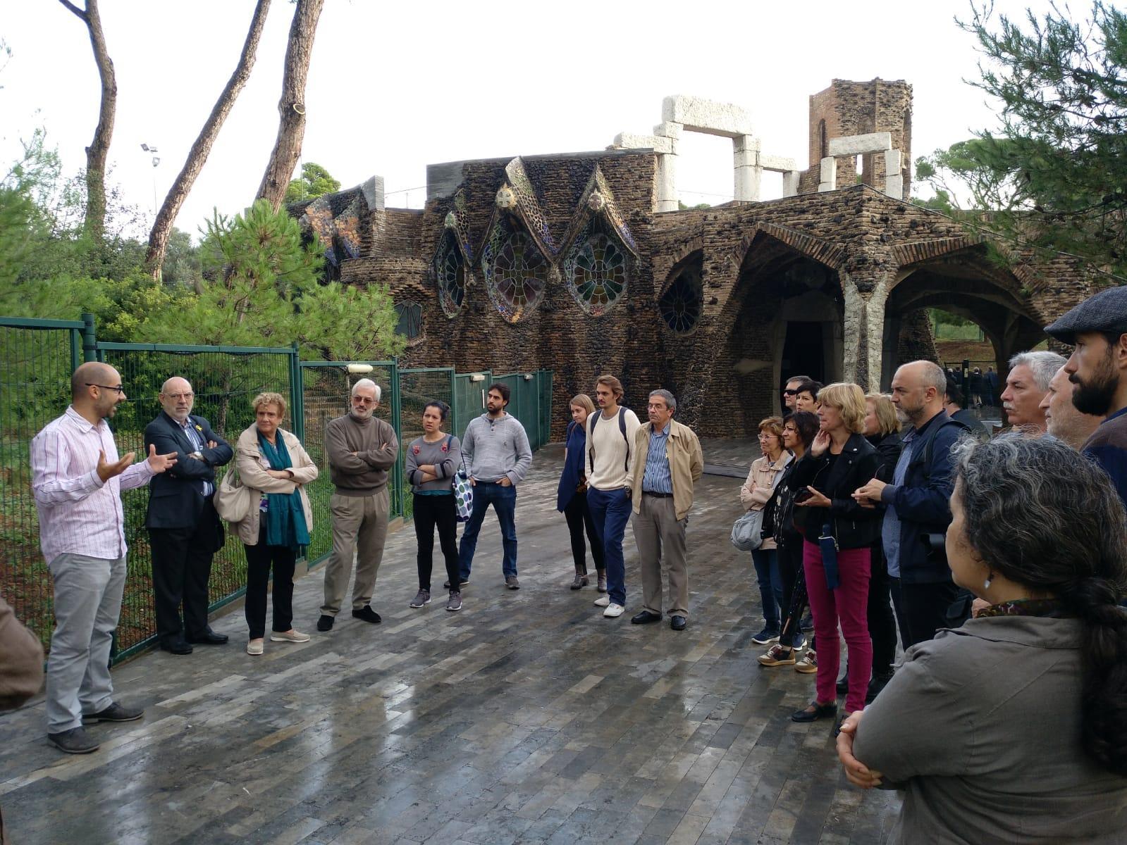 Gerard Segú dóna la benvinguda als assistents a la visita a la Colònia Güell