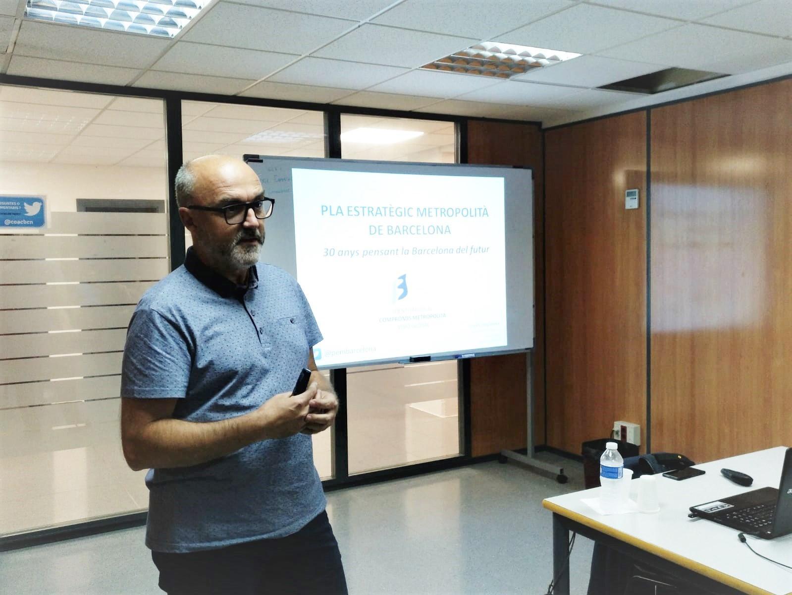 Oriol Estela al inicio de la charla '30 años pensando la Barcelona del futuro'