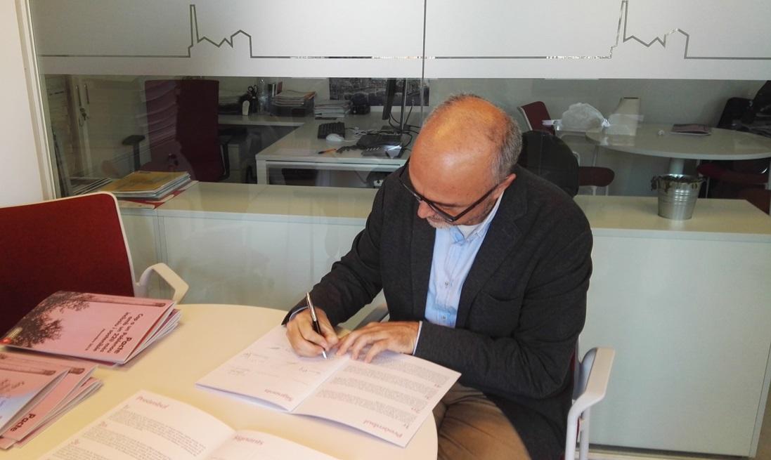 Oriol Estela durant la signatura del Pacte