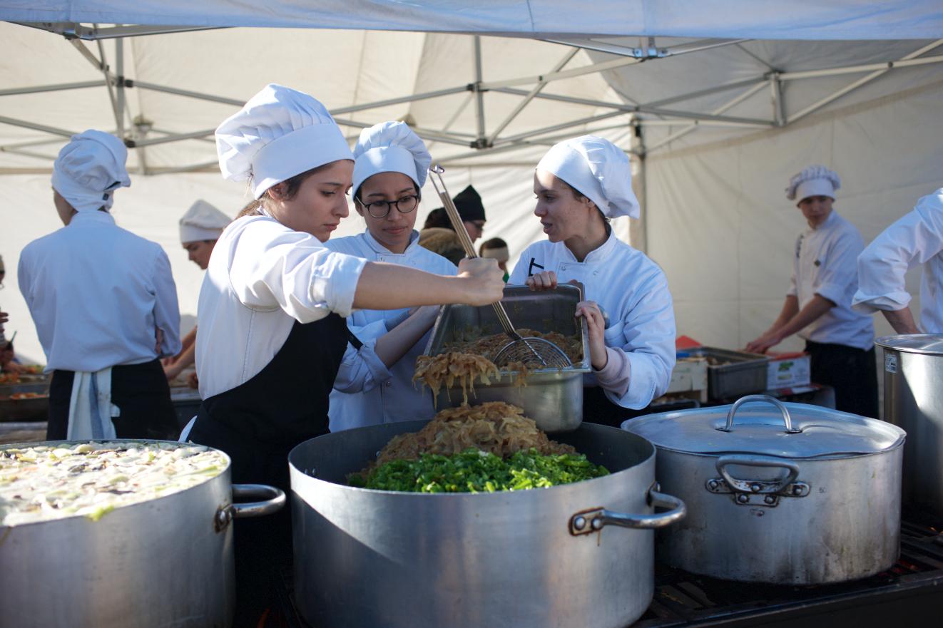 Una trentena de voluntaris de l'Escola d'Hosteleria han participat a la jornada