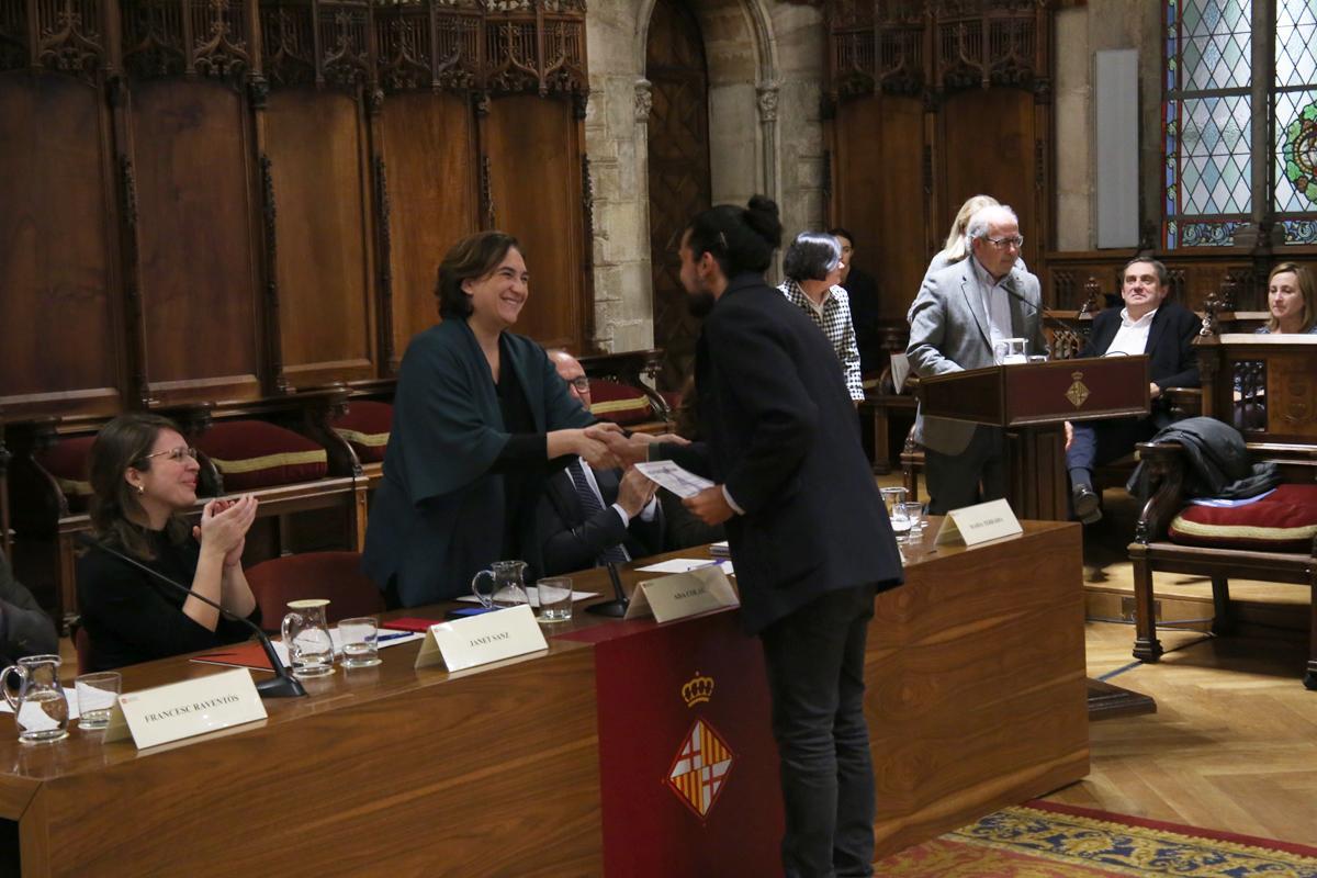 Ada Colau entregant la I Beca Francesc Santacana al guanyador Giovanni Guida