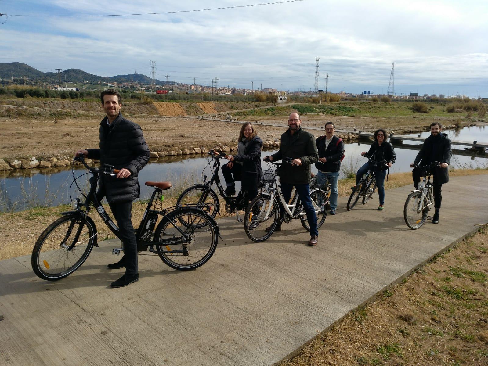 Passeig amb les bicis elèctriques