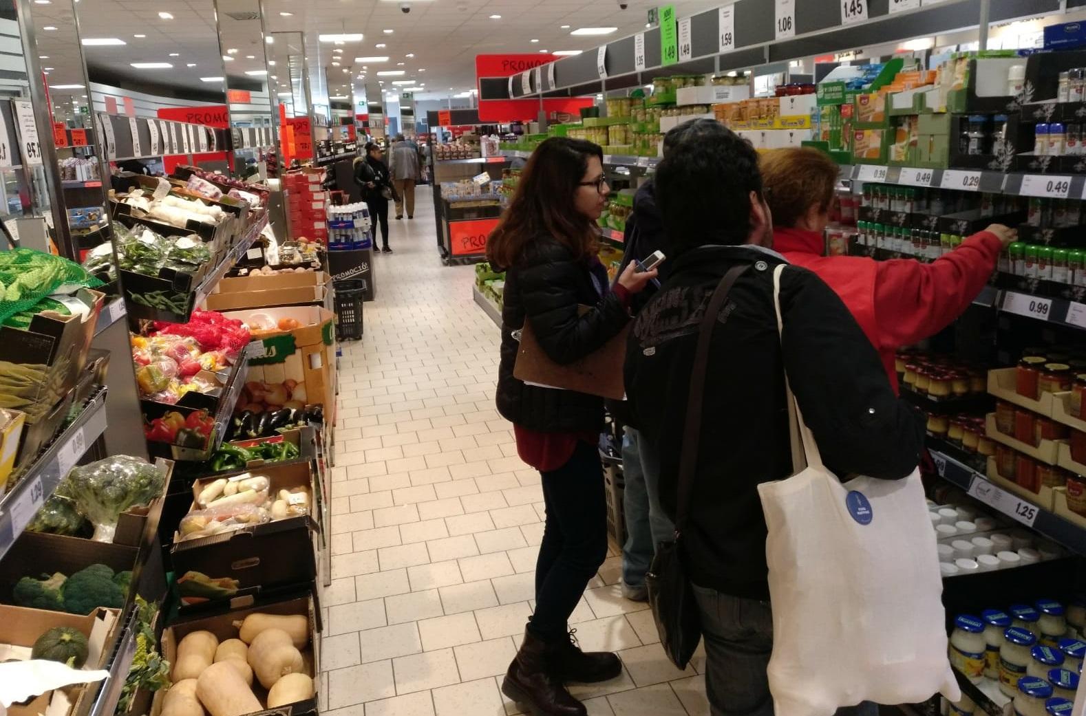 Voluntaris i voluntàries comprant al barri de Sant Idelfons, a Cornellà de Llobregat