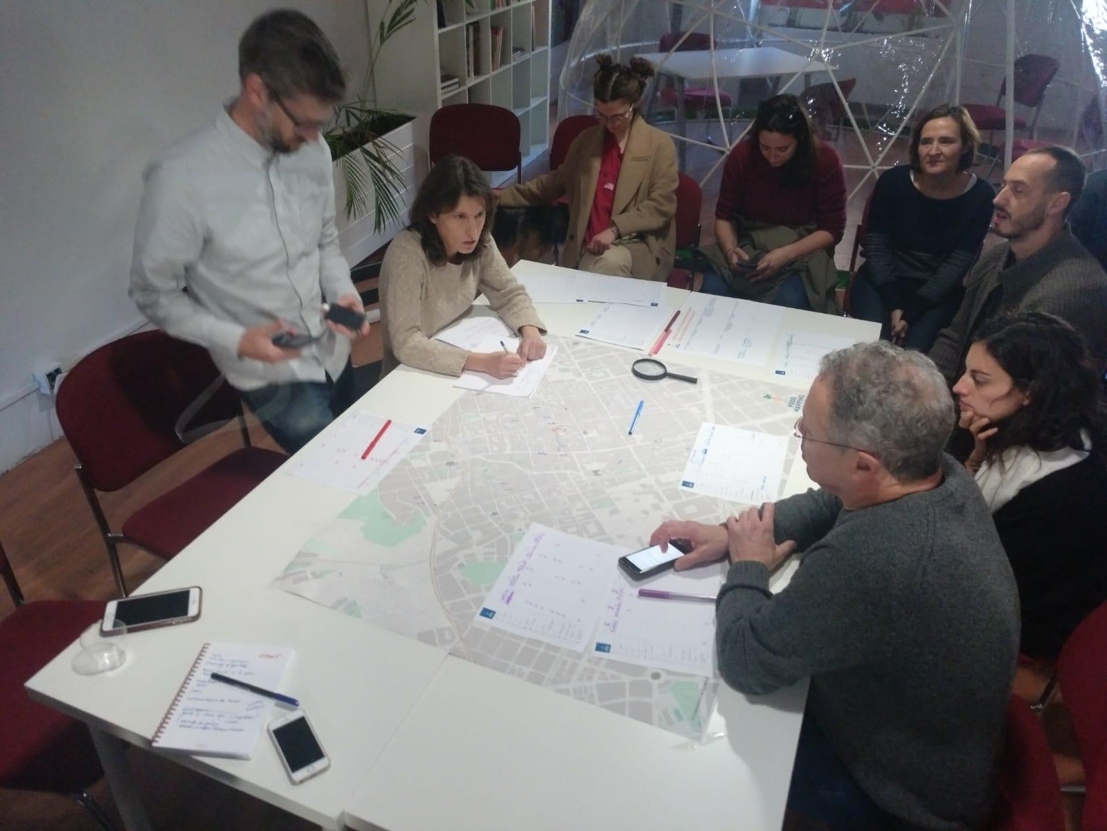 Debate y recogida de datos sobre los voluntarios en barrio de Gracia, en Barcelona
