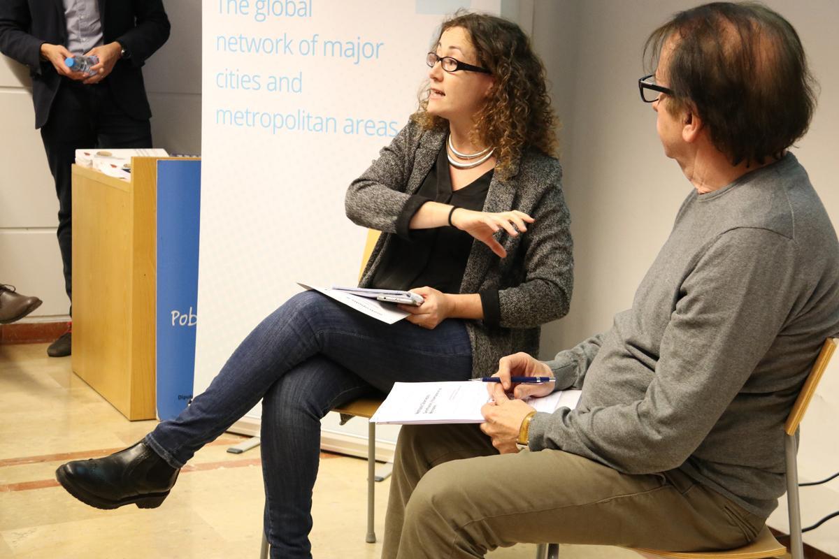La periodista de dades, Carina Bellver, durant la seva intervenció sobre gentrificació