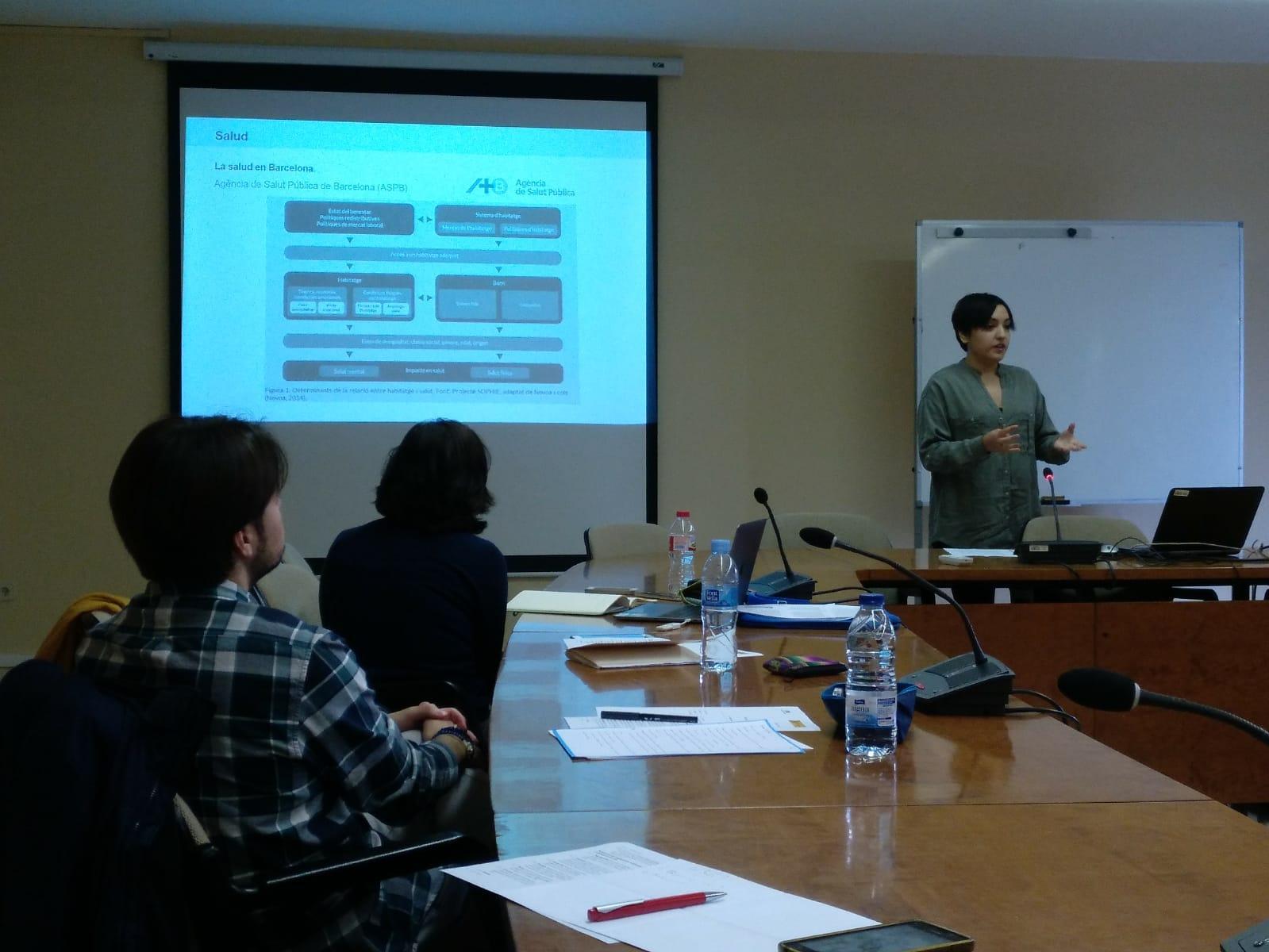 Míriam Robles, del Departament de Geografia de la UAB, presentant el treball 'Salut mental, esperança de vida i segregació residencial'