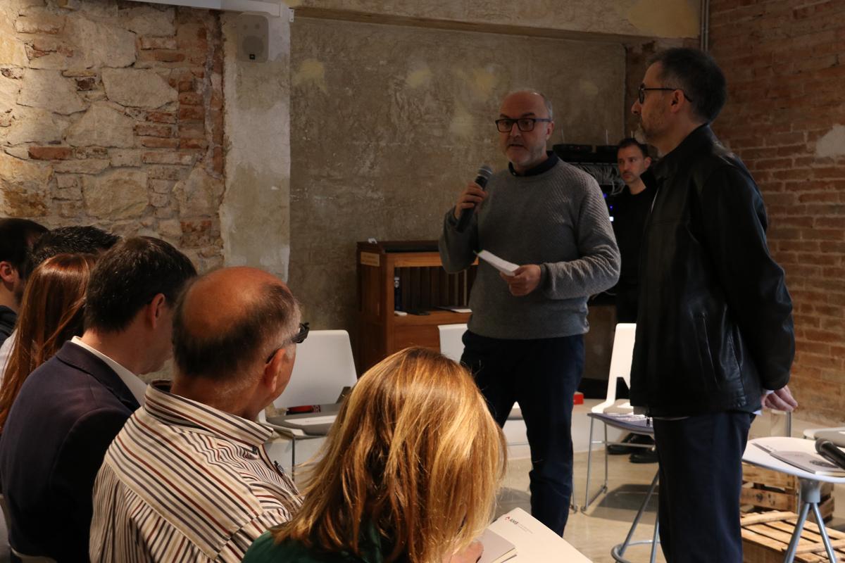 Oriol Estela i Antoni Gutiérrez donen la benvinguda als assistents al primer debat preelectoral sobre habitatge