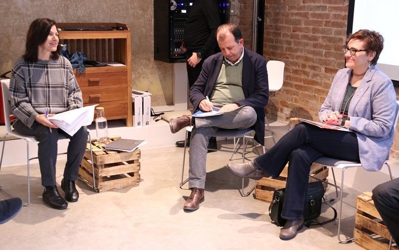 La periodista Ariadna Trillas acompanyada per Carles Brugarolas i Montserrat Ballarín