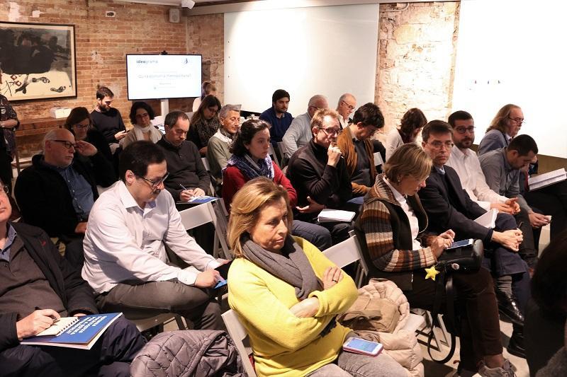 Els i les assistents durant el debat organitzat pel PEMB i Ideograma en motiu de les eleccions municipals