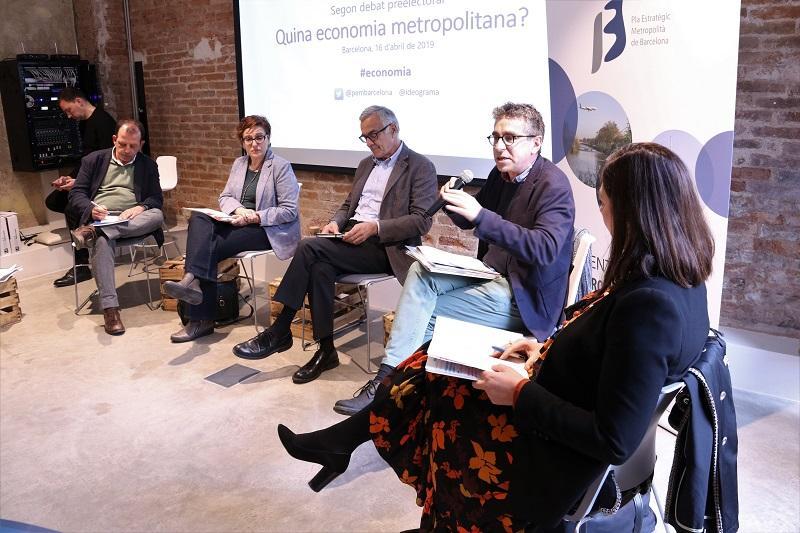 Mari Luz Guilarte (Candidatura de Valls), Jordi Martí Grau, amb el micro (En Comú Podem), Miquel Puig (ERC), Montserrat Ballarín (PSC) i Carles Brugarolas (PDeCat)