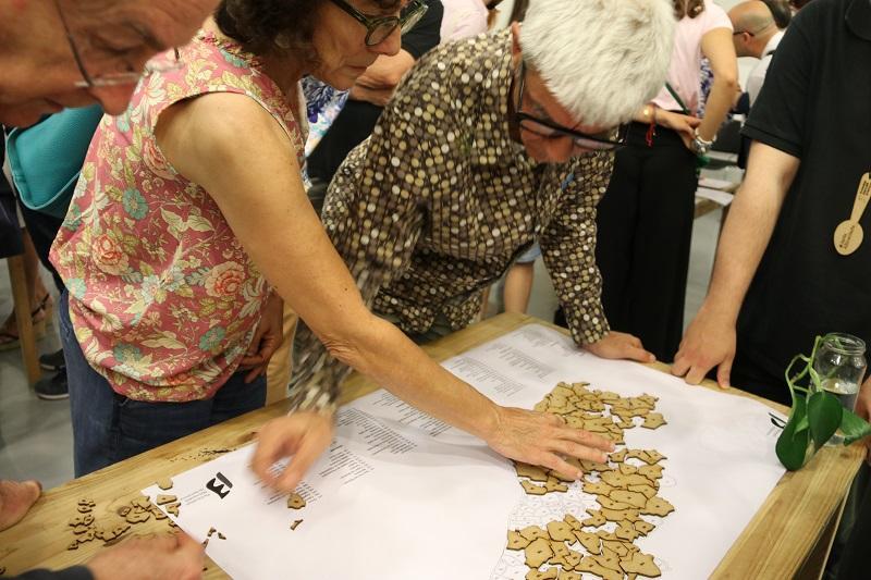 Els participants ubicando algunos de los municipios de la región metropolitana de Barcelona