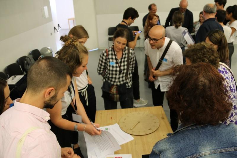 Participantes en la Sala Raval relacionando ODS y alimentación