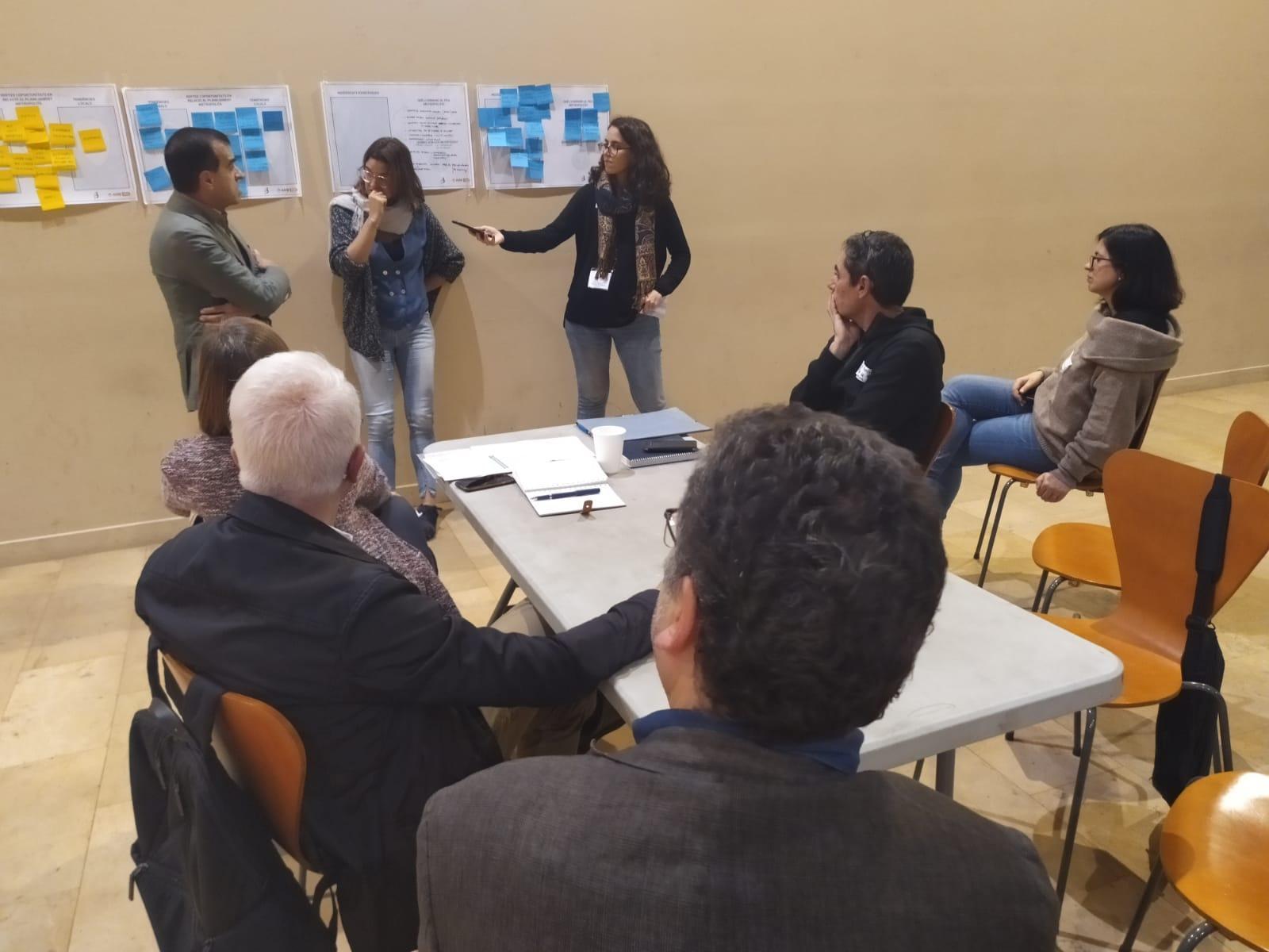 Uno de los grupos explicando las incertidumbres del PDU metropolitano en temas de desarrollo socioeconómico