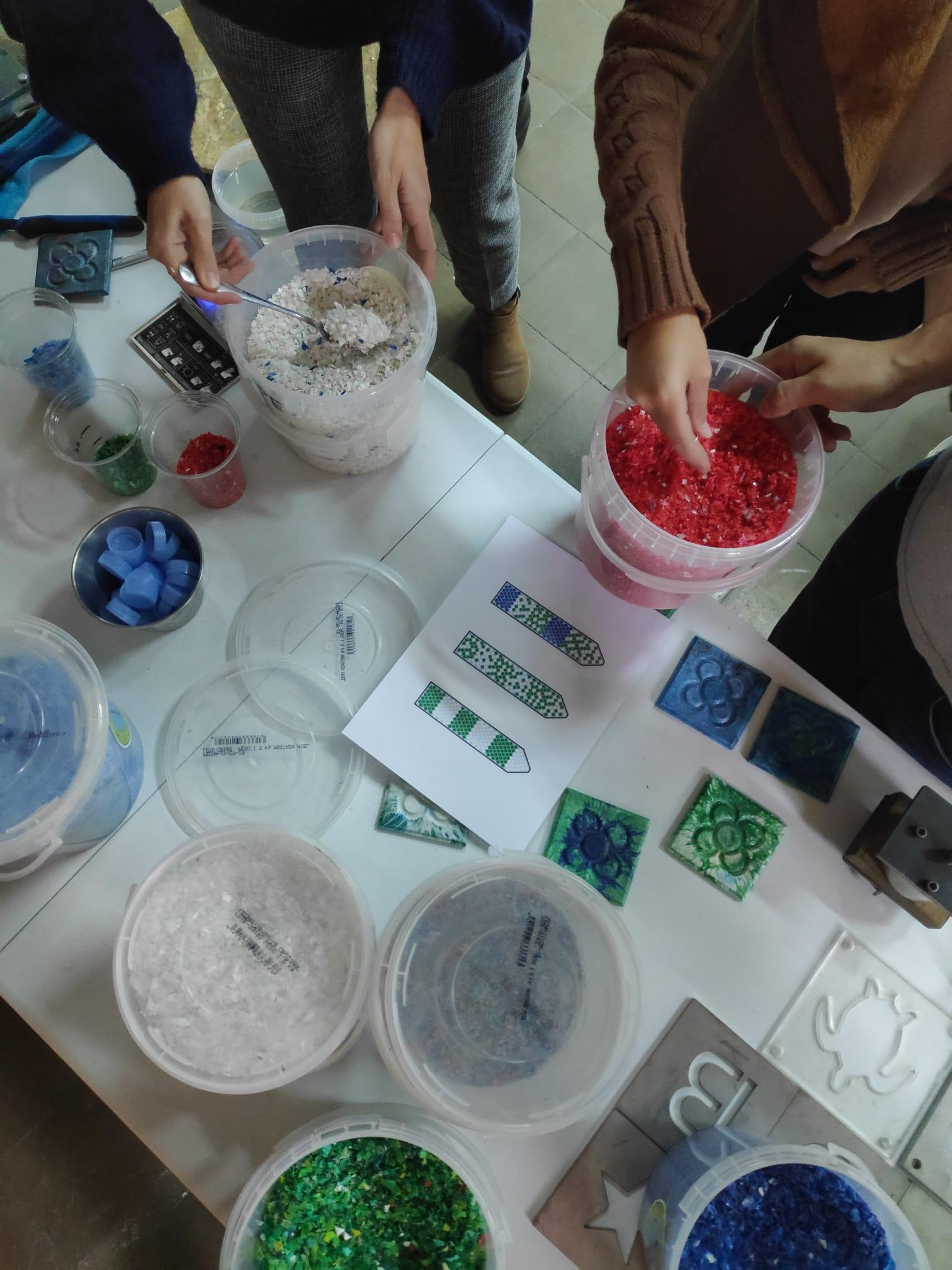 Taller de reciclatge de plàstics de la mà de Plàstic Preciós la Safor