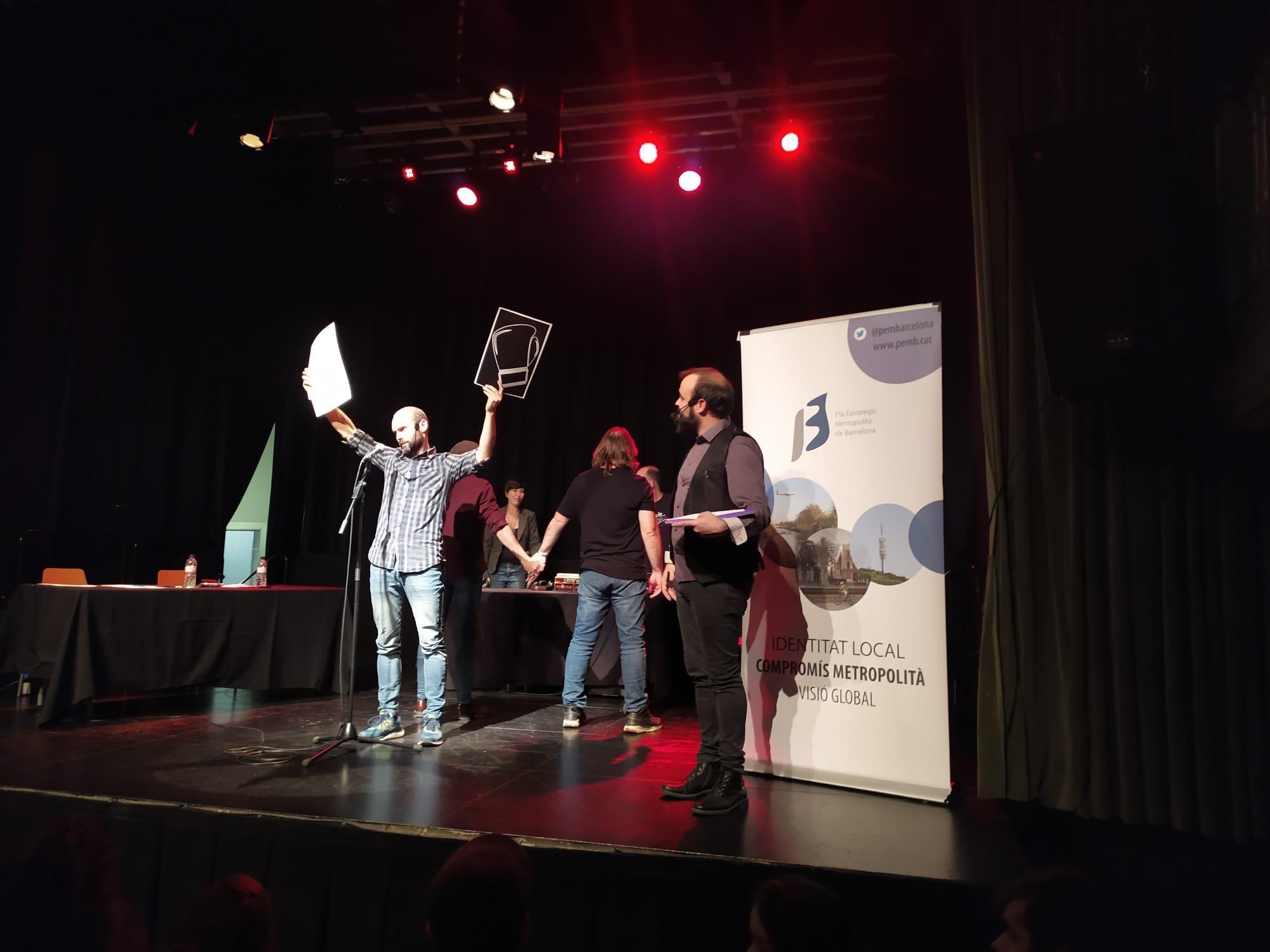 La competició és per parelles i el públic vota amb cartolines