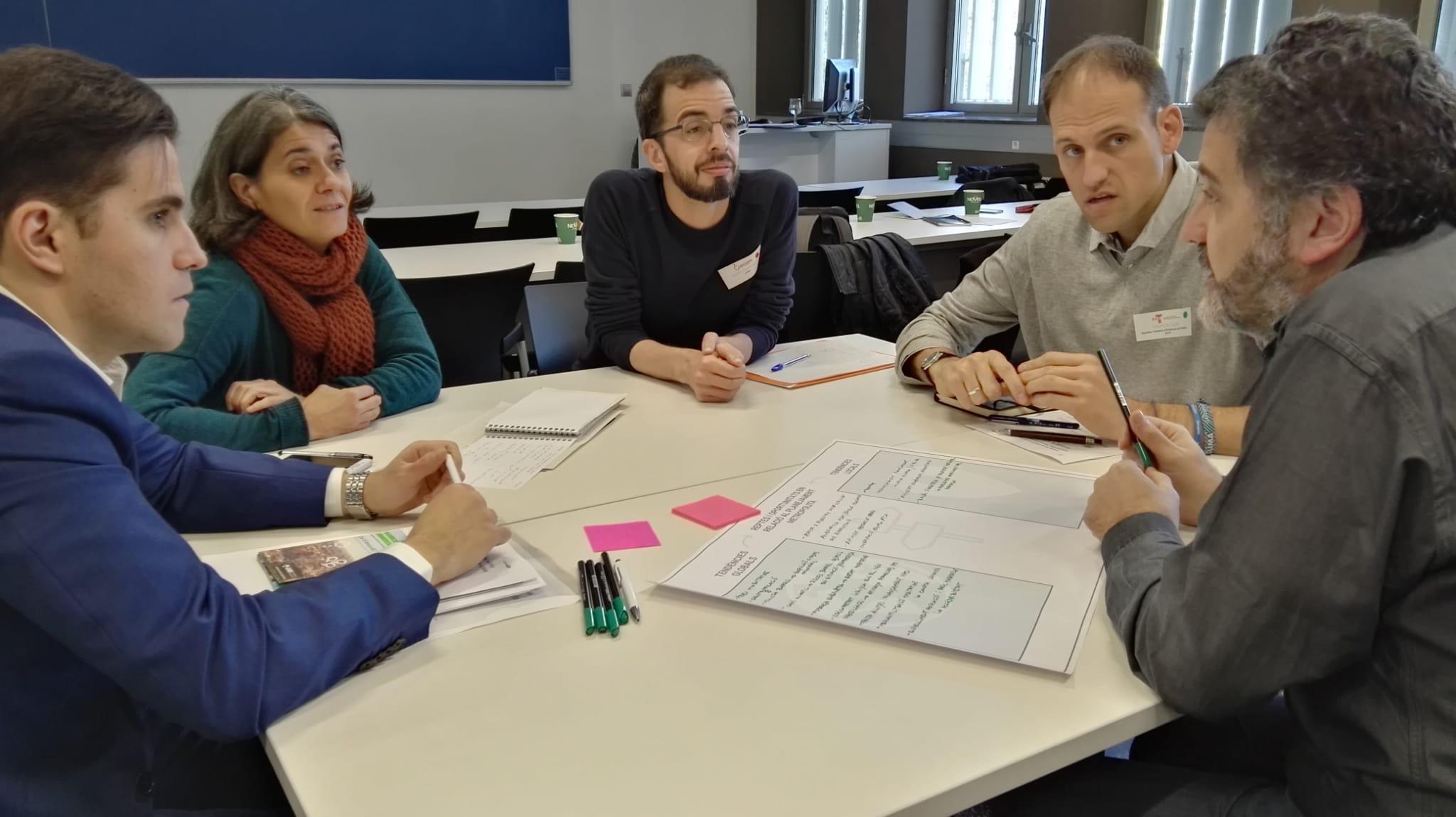 Los grupos trabajan para definir las tendencias globales y locales y los retos para el planeamiento en relación a la cohesión social y la vivienda