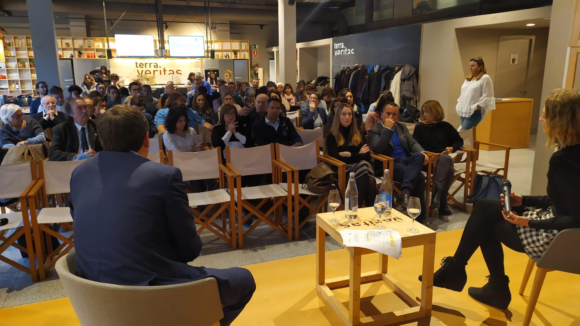Vista del público escuchando los ponentes sobre