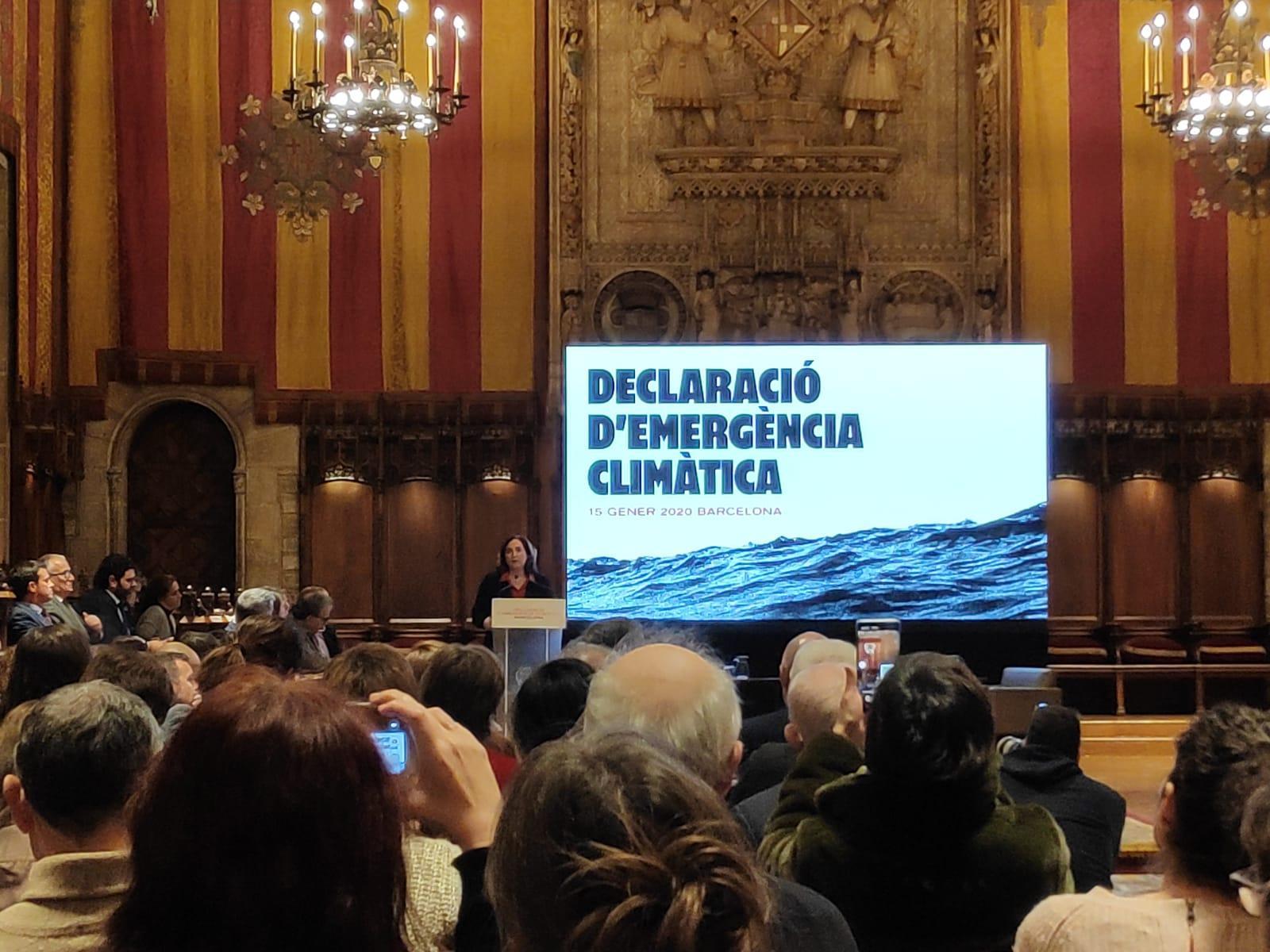 L'alcaldessa de Barcelona, Ada Colau, declarant l'emergència climàtica