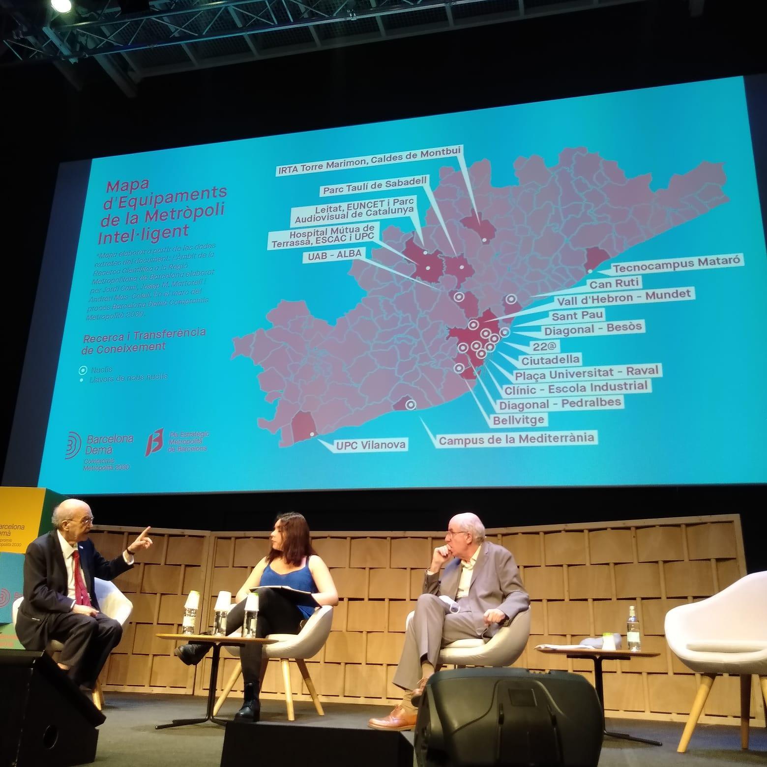 Jordi Camí, Andreu Mas-Colell i Valentina Raffio durant la presentació del mapa de equipamientos de la Metropoli Inteligente