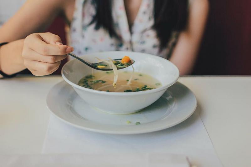 comer en soledad