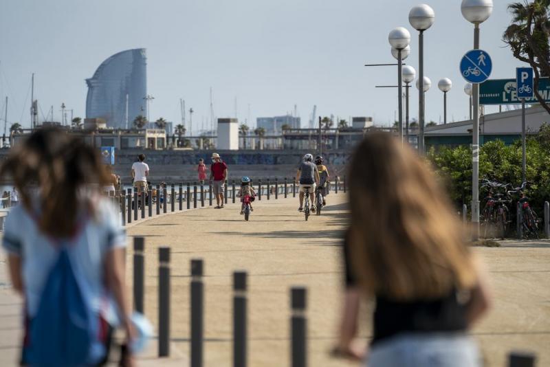 Persones fent esport a la platja de Barcelona